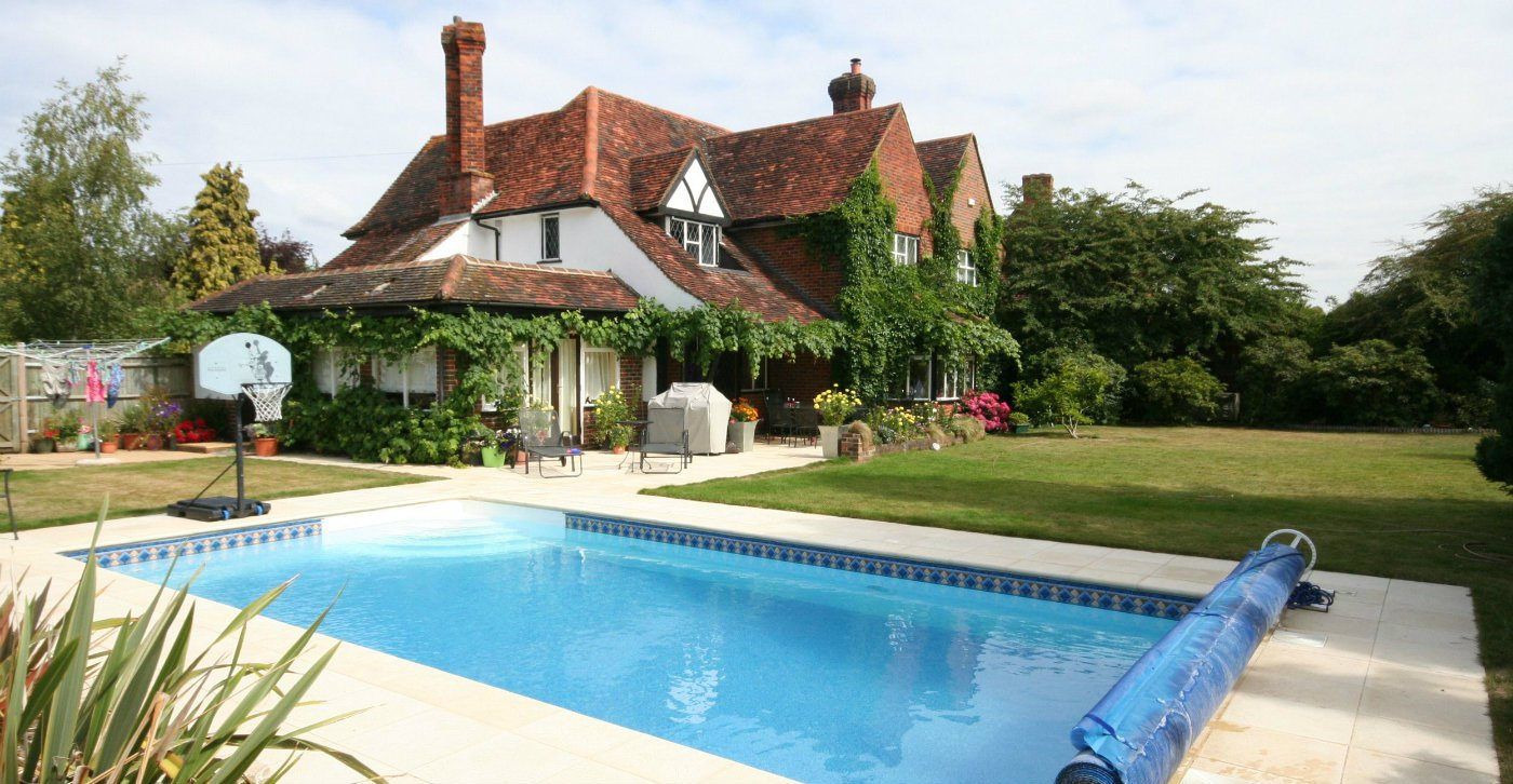 How to build a swimming pool in a garden for Best home swimming pools